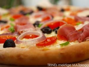 Pizza med parma, mozzarella, oliven og basilikumolje