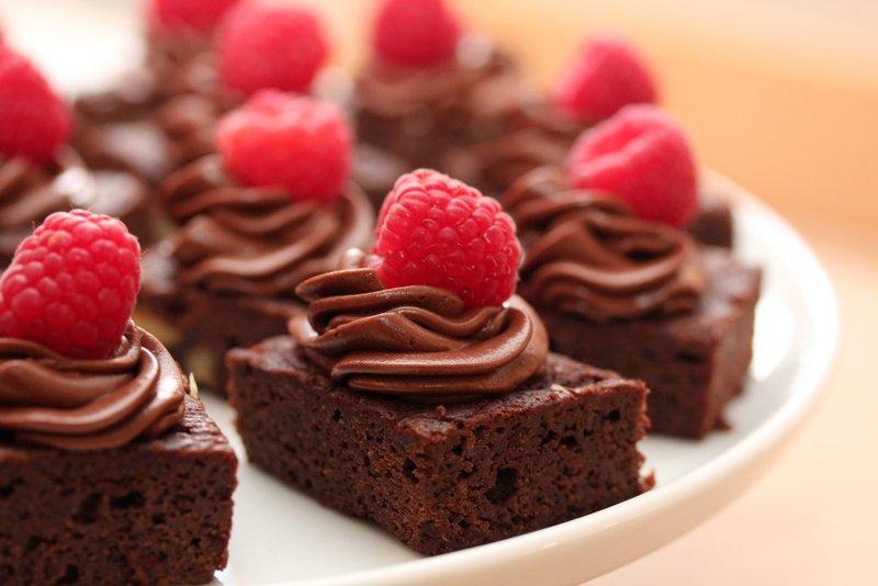 Brownies med sjokladekrem og bringebær