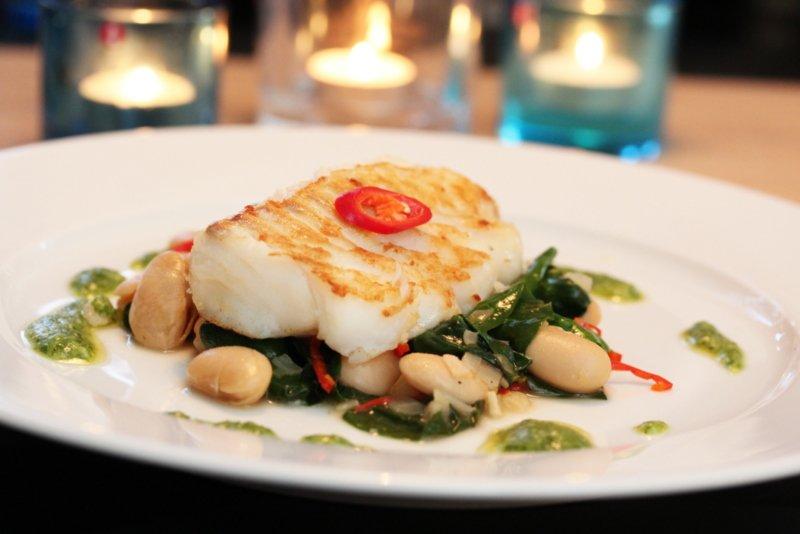 Pannestekt torsk med bønner, spinat og korianderpesto
