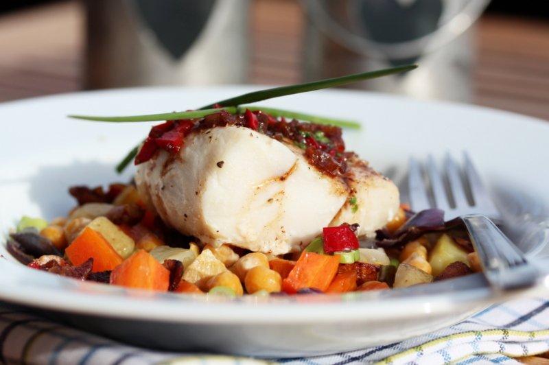 Torsk med rotgrønnsaker, bacon og kikerter