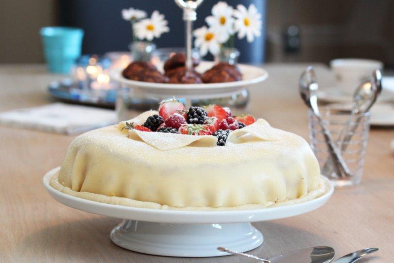 Marsipanbløtkake med jordbær, vaniljekrem og valnøtter