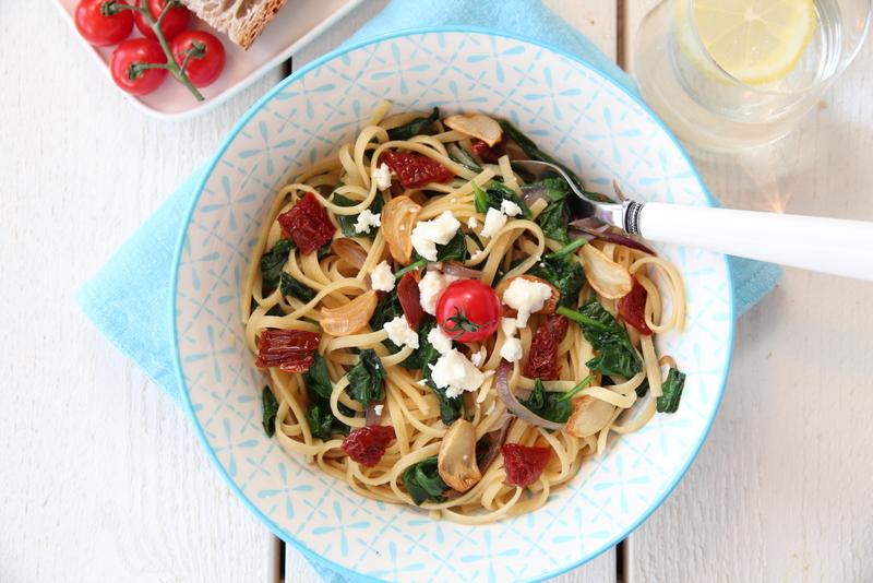 Spaghetti med spinat, soltørket tomat og hvitløkschips