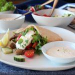 Lammekebab med hvitløksdressing og pita