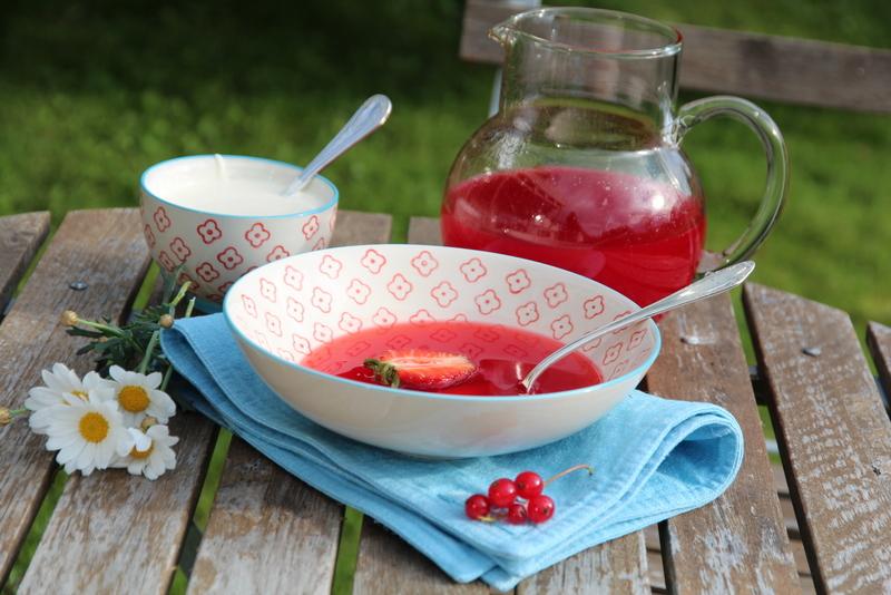 Jordbær- og ripssuppe med vaniljeis