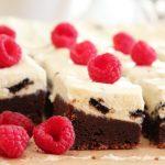 Brownie med oreokrem og friske bringebær