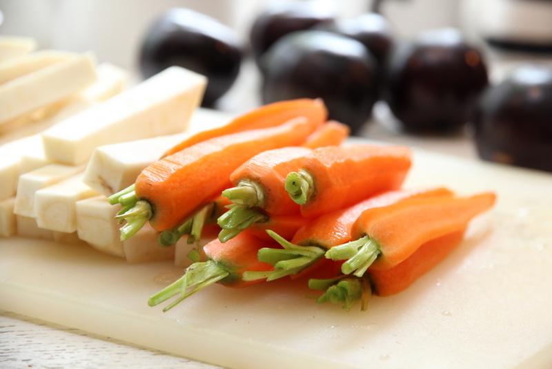 reinsdyrfilet med plommer, rødvinsaus, ovnsbakte rotgrønnsaker og Vina Maipo Vitral Syrah - gulrøtter