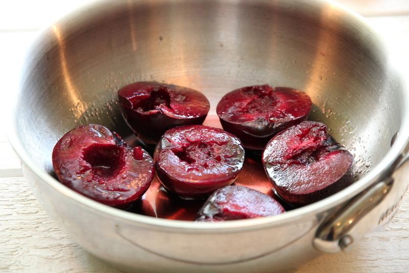 reinsdyrfilet med plommer, rødvinsaus, ovnsbakte rotgrønnsaker og Vina Maipo Vitral Syrah - plommer