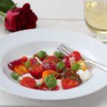 Tomat- og mozzarellasalat med syltet rødløk