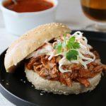 Pulled pork med bbq-saus og coleslaw