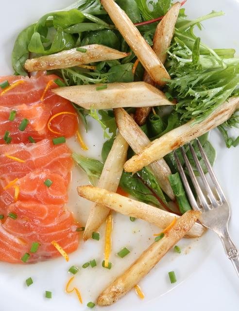 Hvit asparges med laks og sitrus