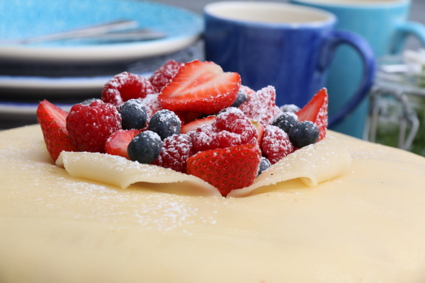 Bløtkake med marsipan og friske bær