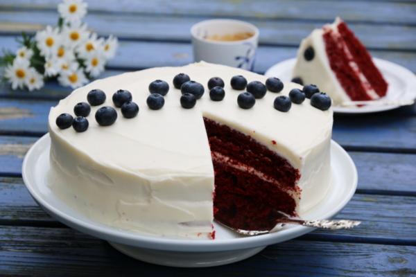Rød fløyelskake med hvit ostekrem og blåbær