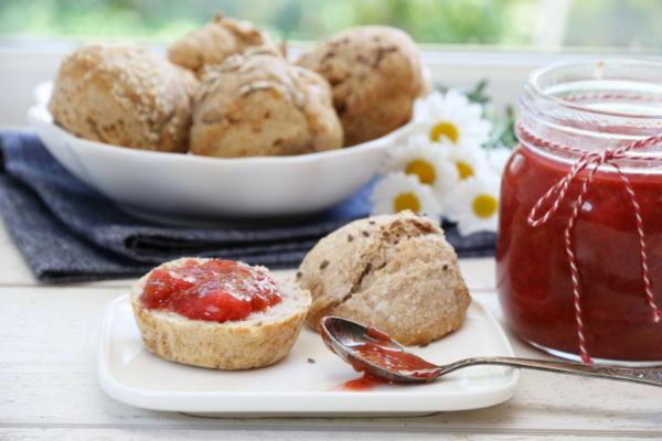 Rabarbra- og jordbærmarmelade og eltefrie rundstykker