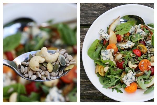 salat med tomater, pære, blåmuggost og ristedt salatmiks