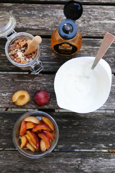 Plommer med yoghurtkrem og krønsj