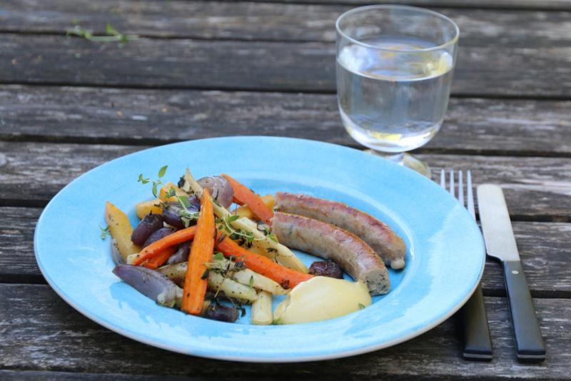Pølser og ovnsbakte rotgrønnsaker