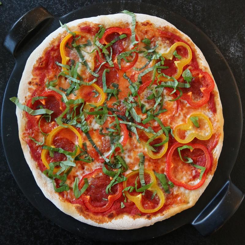 Pizza med pepperoni og paprika