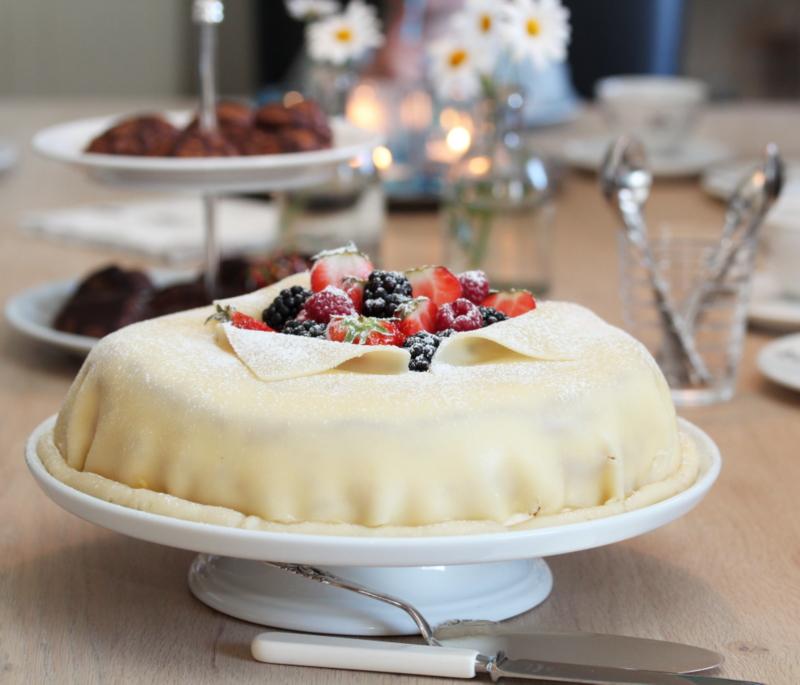 Åpen valnøtt - marsipankake med jordbær