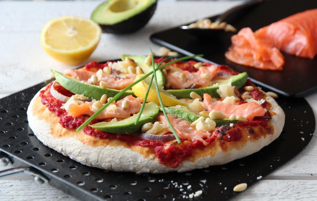 pizza med salma, avokado og pinjekjerner