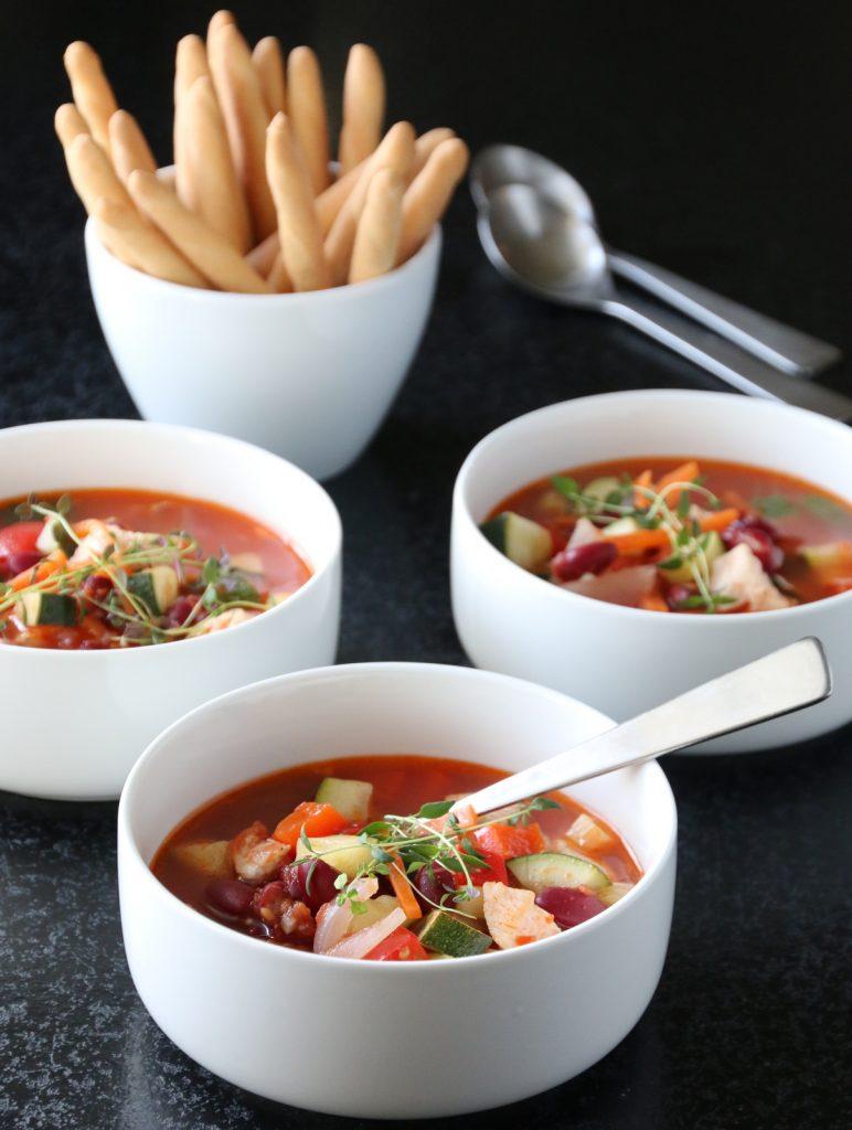 Kyllingsuppe med squash, paprika og bønner