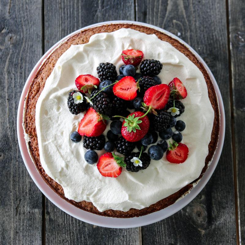 Sommerens nøttekake med jordbærmousse og sjokoladekrem