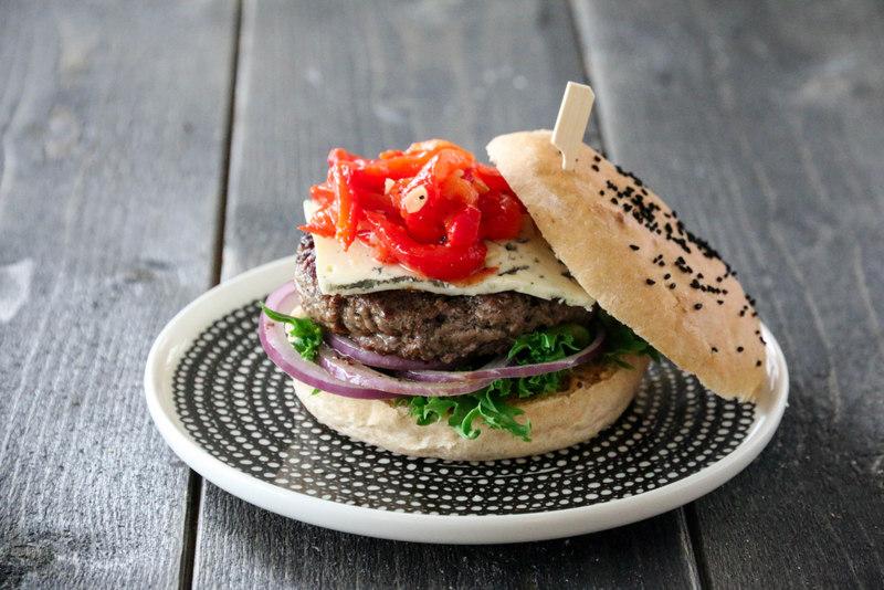 Hamburger med paprikasalsa og blåmuggost