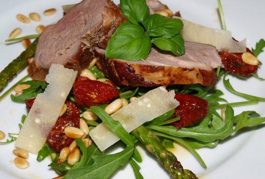 Image: Svinefilet med ruccula, soltørkede tomater, pinjekjerner, asparges og parmesan