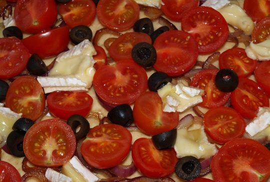 Image: Pai med tomater, oliven og brie