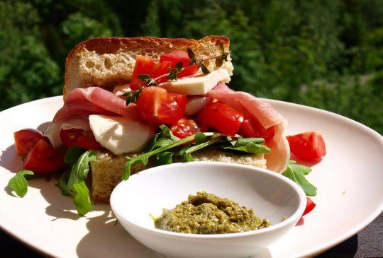 Image: Foccacia med parmaskinke, mozzarellaost og tomater