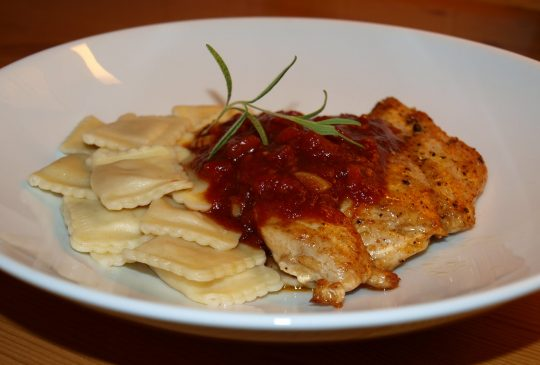 "Image: ""Fast food"" – Kylling og ravioli med tomatbalsamicosaus"