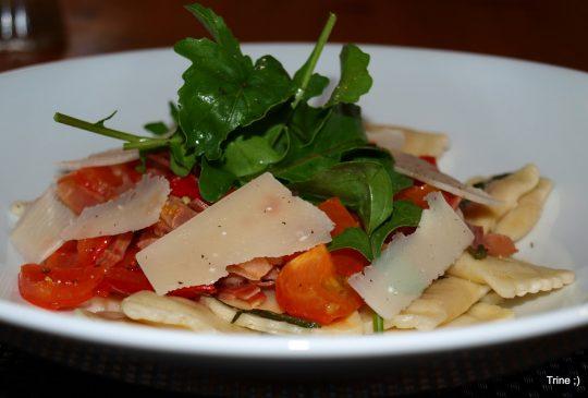 "Image: ""Fast-food"" – Ravioli med tomat, parmaskinke og basilikum"