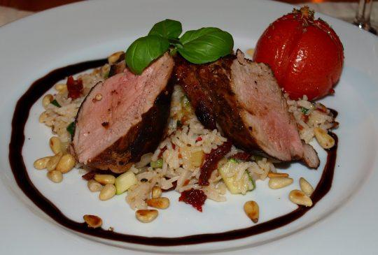 Image: Balsamicomarinert svinefilet med pinjekjerner og konfiterte tomater
