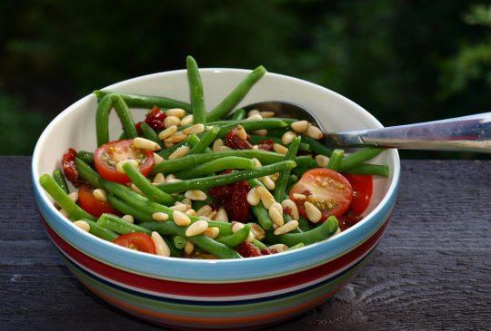 Image: Høstsalat med aspargesbønner, tomat og pinjekjerner