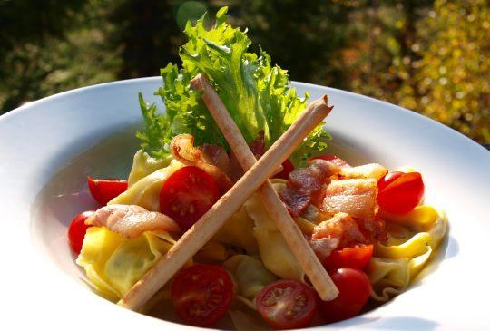 Image: Tortellini med tomater, bacon og grissini