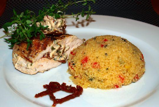 Image: Ostefylte kyllingsbryst med basilikum-couscous
