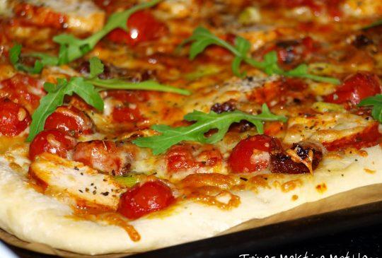 Image: Pizza med marinert kylling, cherrytomater, mozzarella, vårløk og basilikumolje