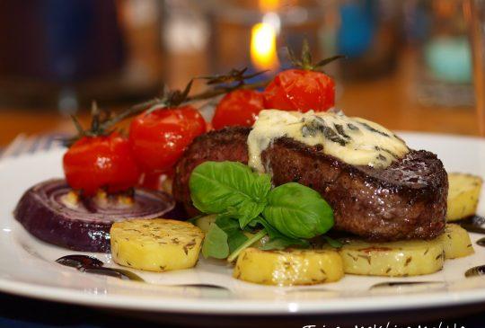 Image: Biff med blåmuggost, ovnsbakte tomater, løk og råstekte potetskiver