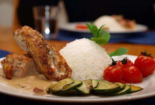 Image: Pepret kyllingfilet med squash og paprikasaus
