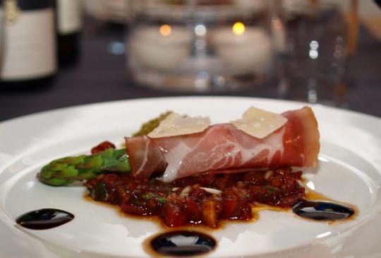 Image: Parmaskinke med tomatsalat og asparges