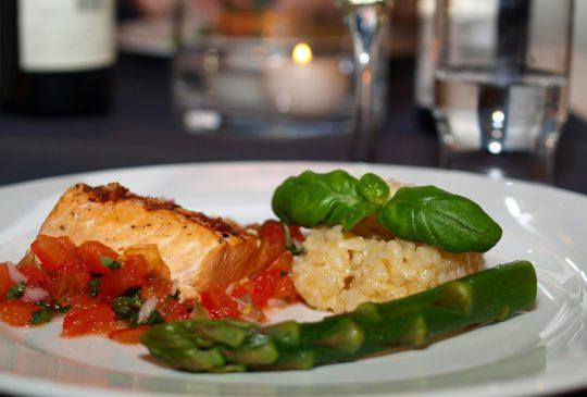 Image: Grillet Salmalaks med risotto og tomatsalat