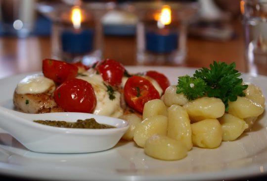 Image: Gratinert kylling med tomat, basilikum og mozzarella