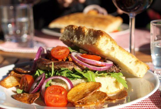 Image: Biffsandwich med rød pesto, potetchips og aioli