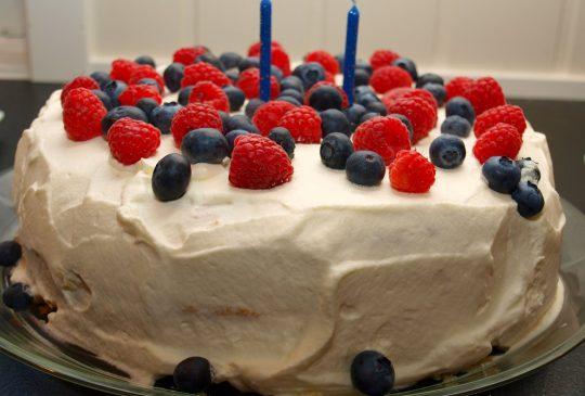 Image: Bløtkake med bringebær og blåbær