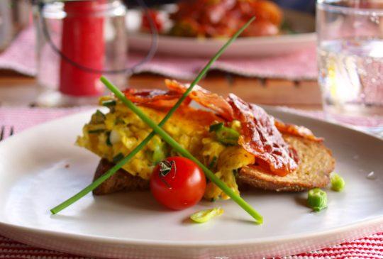 Image: Brunsj-omelett med vårløk og sprøstekt spekeskinke
