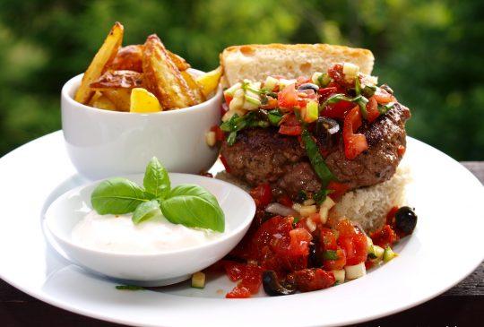 Image: Chiliburger med salsa, potetstaver og chilikrem