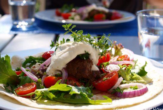 Image: Pannebiff på tortilla med tomatsalat og yoghurt