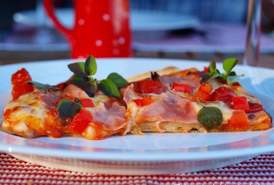 """Image: """"Plain pizza"""" med skinke, ost og paprika"""