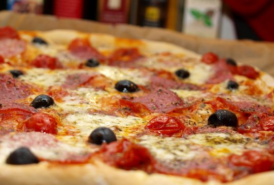 Image: Pizza med italiensk salami, mozzarella og oliven