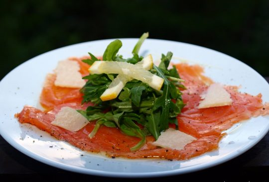 Image: Røkelakscarpaccio med ruccula, sitron, olivenolje og parmesan