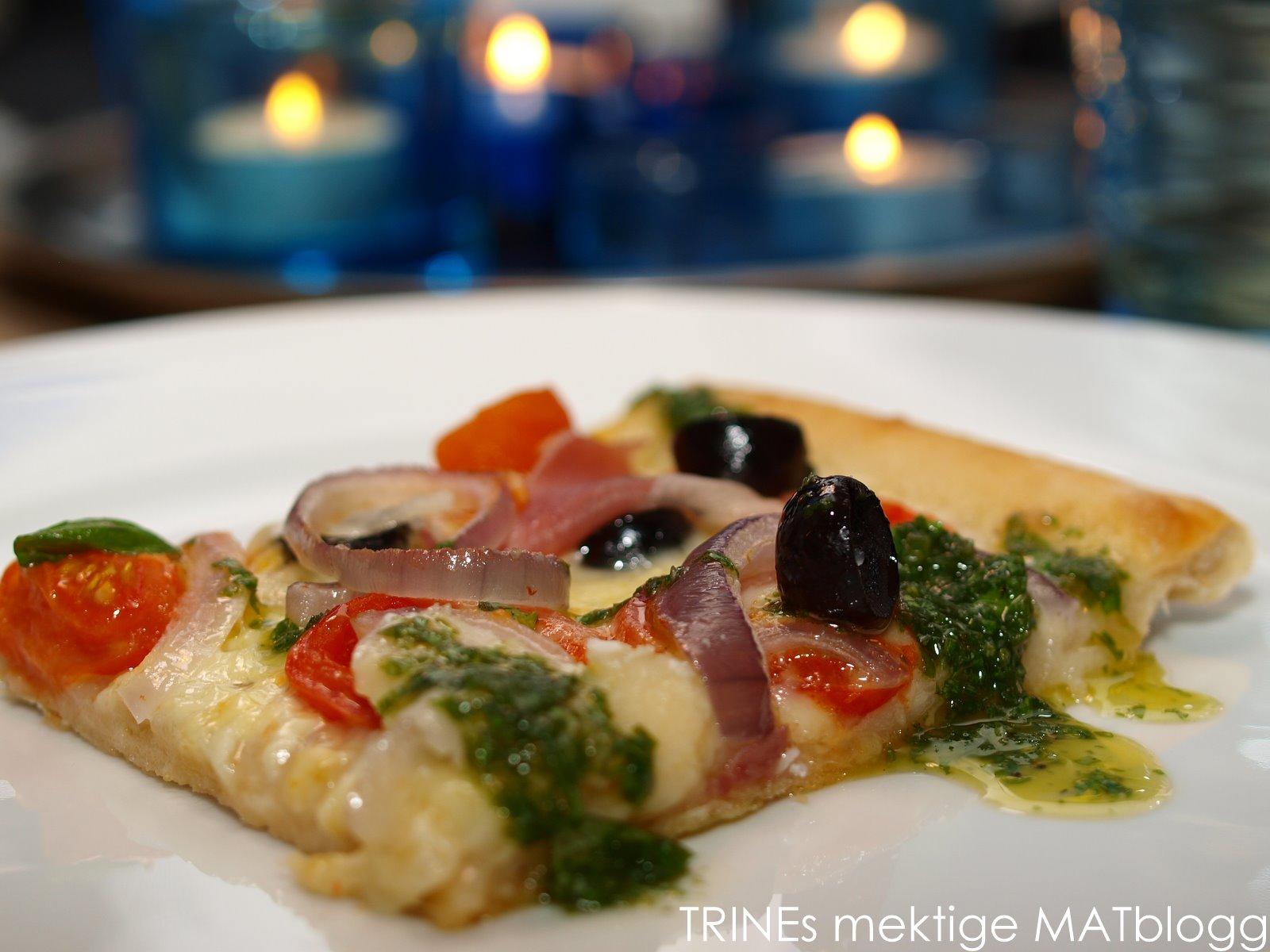 Pizza med parmaskinke, mozzarella, tomater, løk, oliven, parmesan og basilikumolje | TRINES MATBLOGG